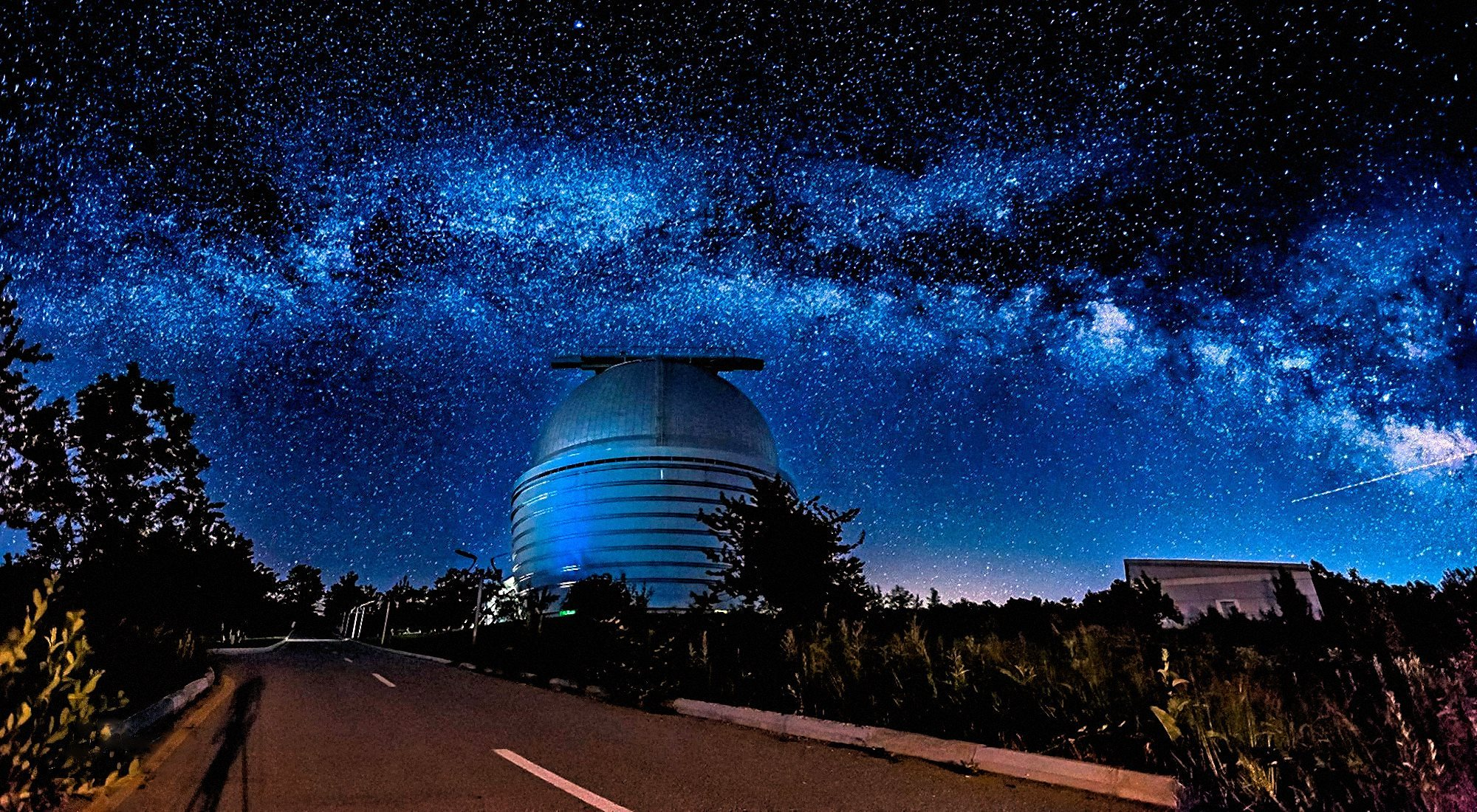 00-faik-nagiyev-the-milky-way-over-nasreddin-tusi-shamakhi-astrophysical-observatory-shao-in-azerbaijan-2016-1